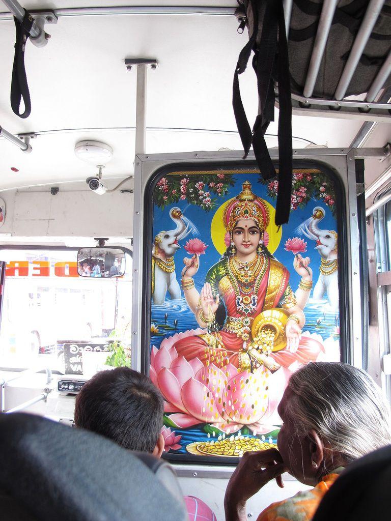 Notre chauffeur est hindou, Shiva veille sur nous pendant le trajet