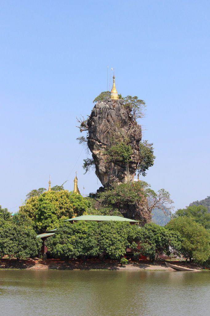 piton rocheux au pieds duquel vivent des moines