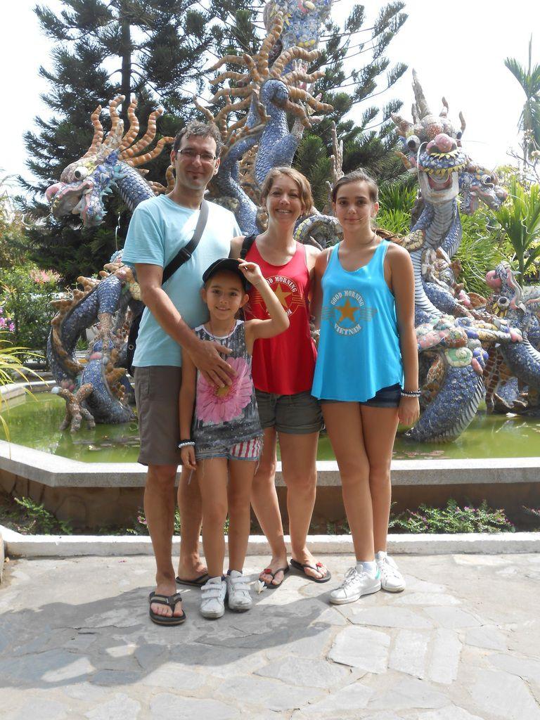 la famille de Milla au temple et les gones en folie