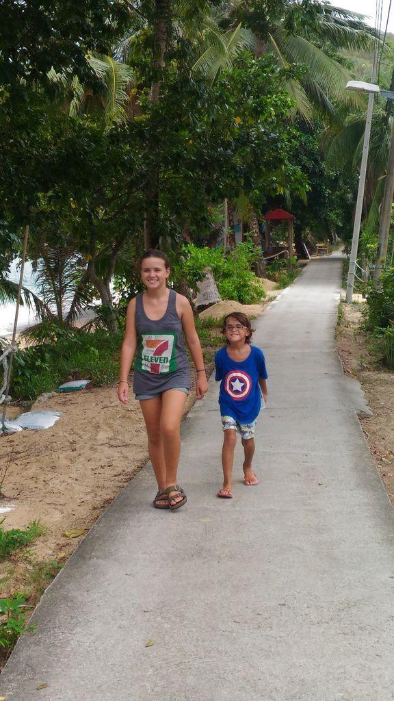 les enfants  sur la route principale de Abc Beach