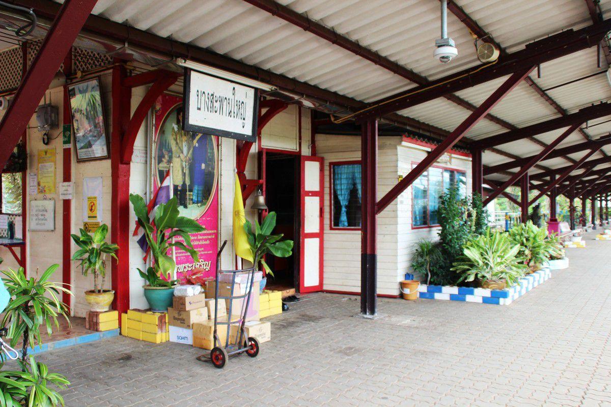 Gare de Bansaphang, personne, il va bien falloir trouver un moyen d'en sortir