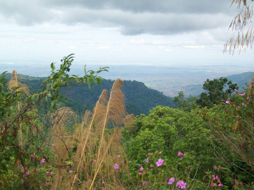 Sur les montagnes birmanes , tout au loin l'Océan Indien .