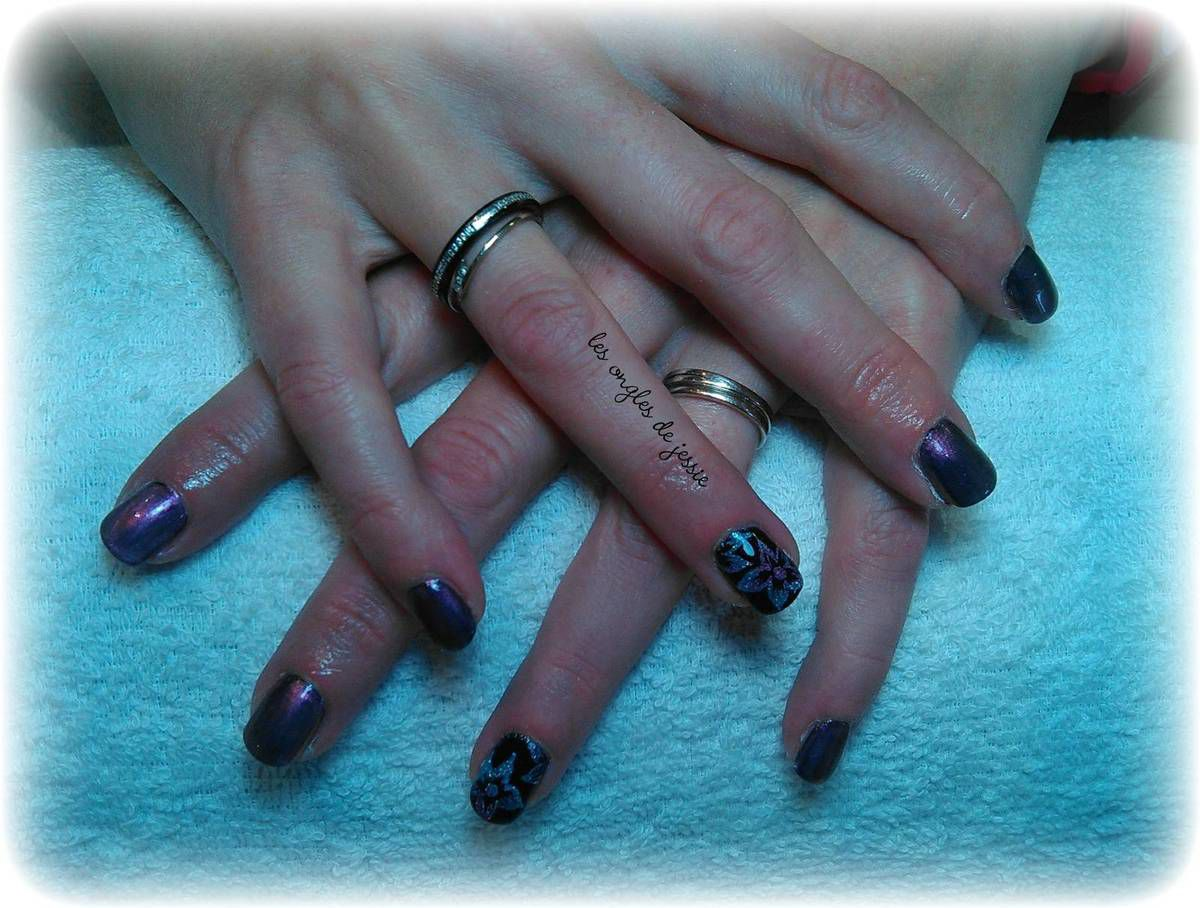 manucure violet nailart en paillettes violettes et turquoise