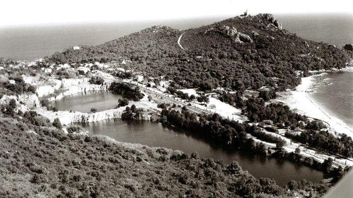Vers 1980 - Vue aérienne des lacs, après la fermeture des carrières. Document A. Bertani