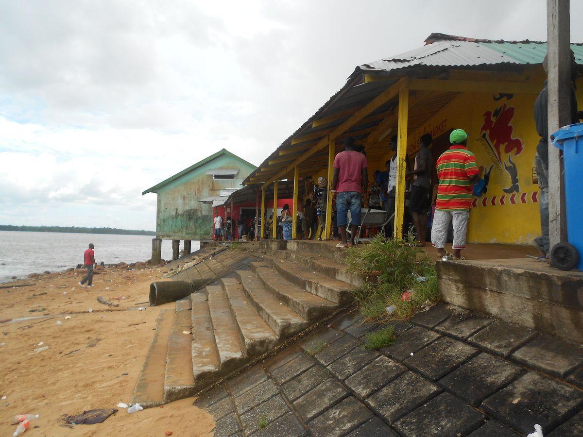 Traversée de la frontière entre la Guyane et le Surinam : Albina