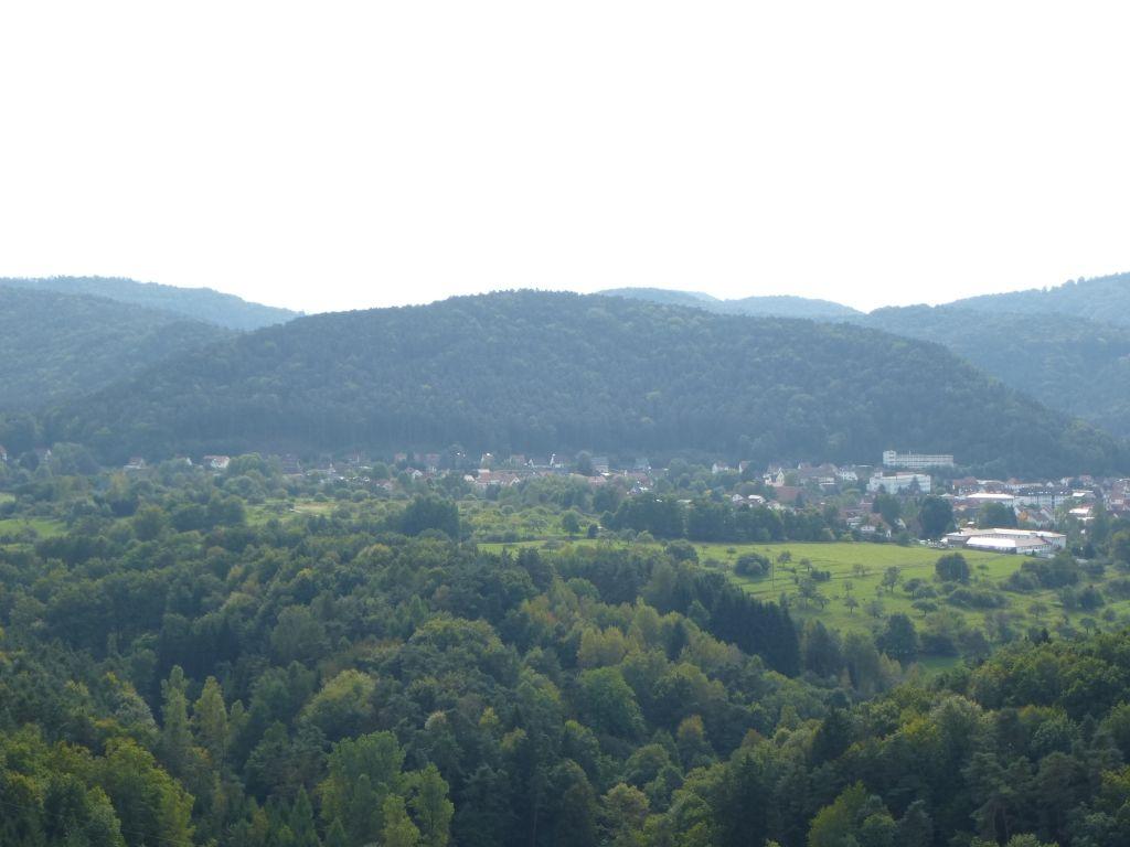 Vue sur la partie Sud de Hauenstein, dominée au fond, par le Weimersberg (alt. 403 m).