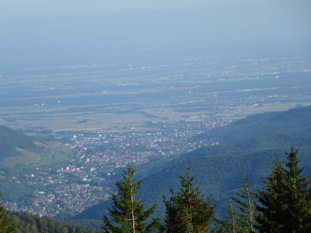 Zoom, sur Guebwiller, suivie juste derrière elle, de la vaste agglomération mulhousienne.