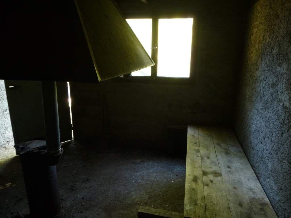 L'intérieur, petit et lugubre, est d'une saleté innommable : scandaleux !