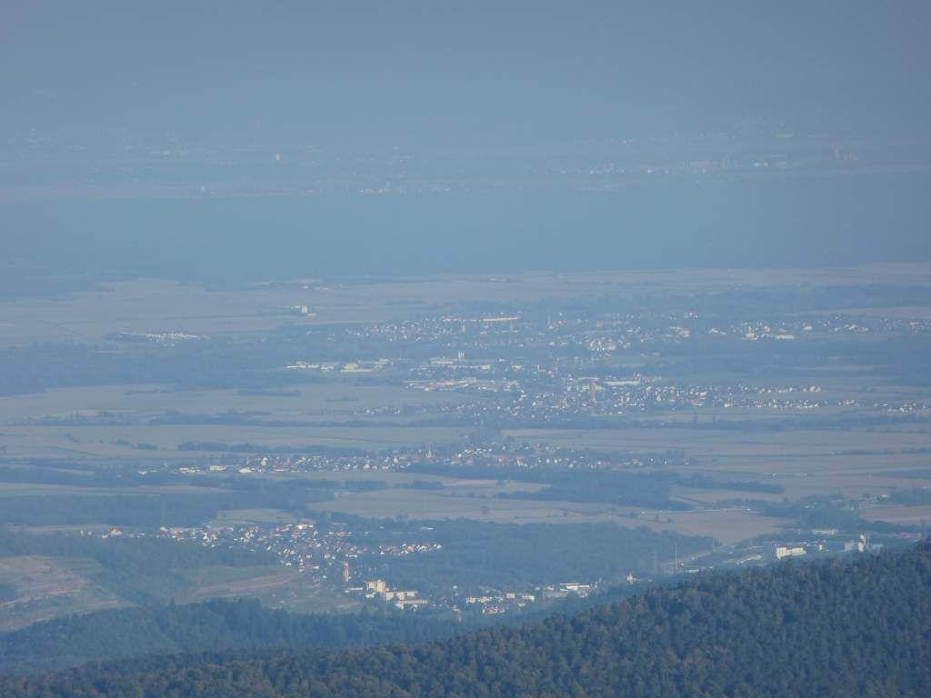 Coup d'œil plongeant, en direction de la plaine rhénane et de Mulhouse ...