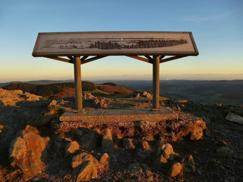 La table d'orientation de la Herzogenhorn, sise à quelque 1415 mètres d'altitude.
