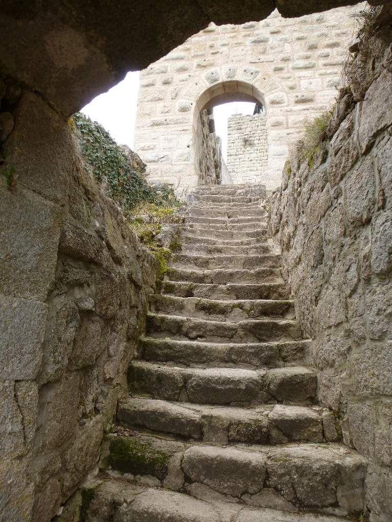 La raideur de cet escalier de granite gris impressionne : les marches sont très hautes !