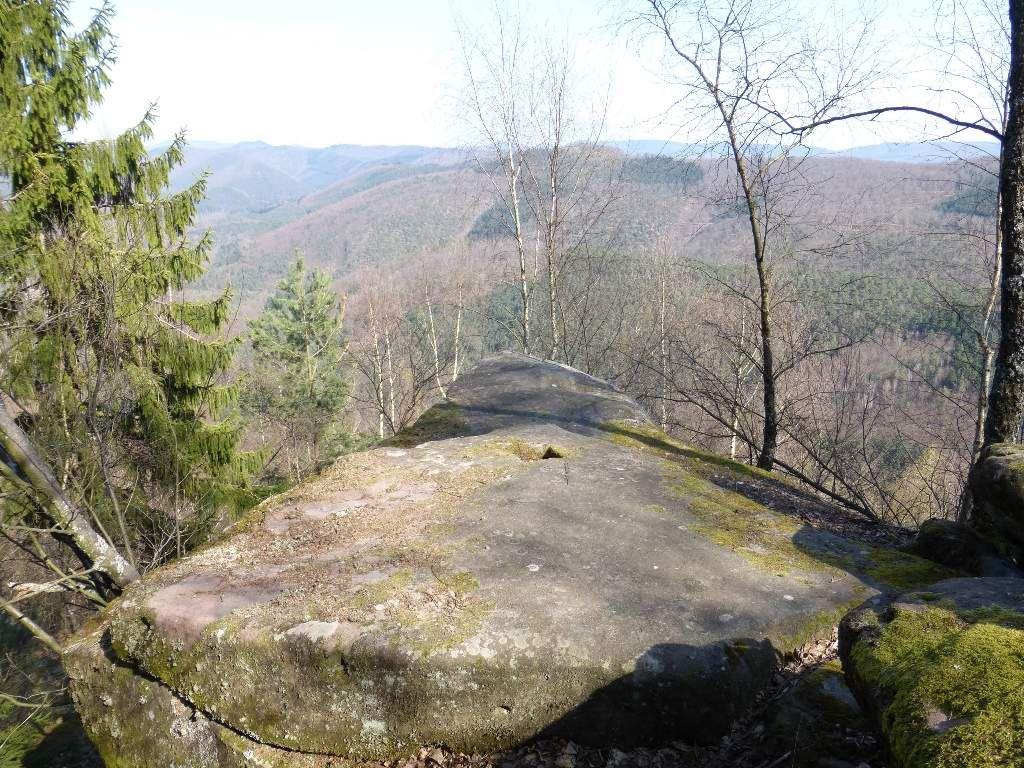 Ce petit promontoire gréseux, pointe à quelque 490 mètres d'altitude : pas mal !