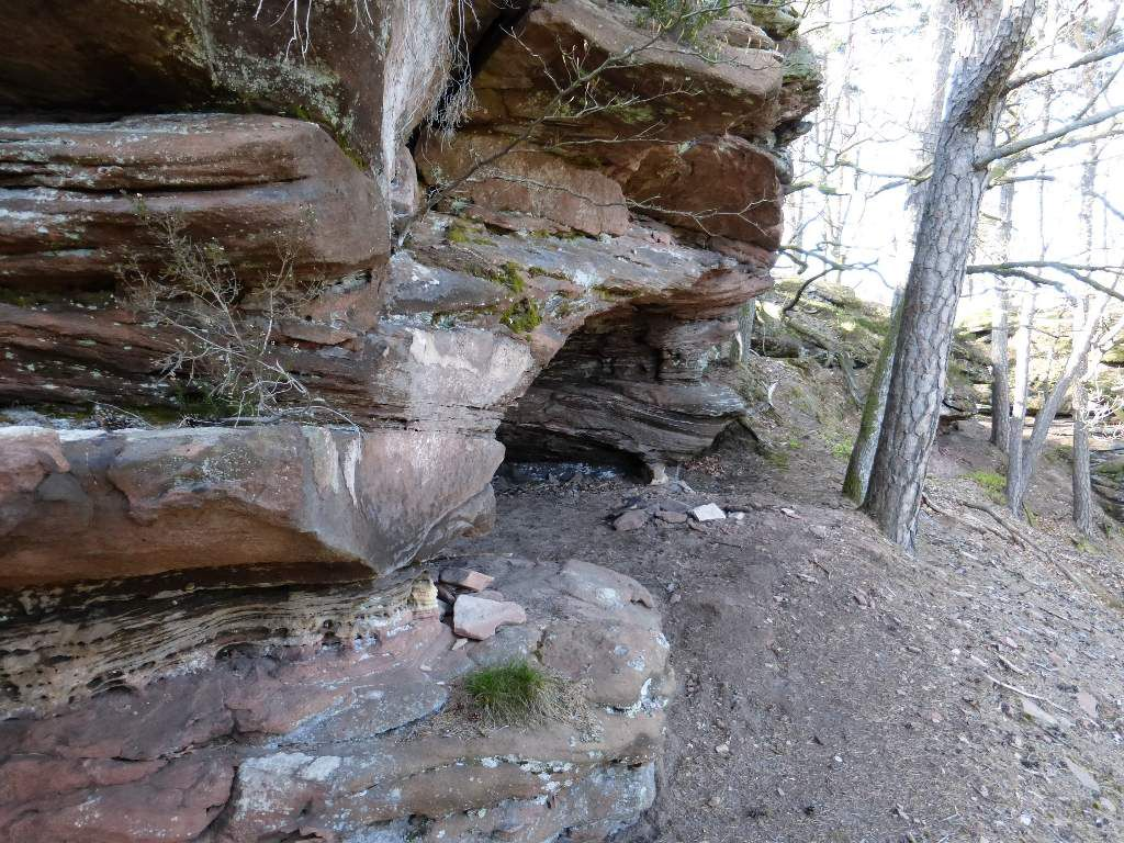 Sur la petite face Nord de l'Arnsbergfels, il existe un abri sous roche très profond (possibilité de bivouaquer).