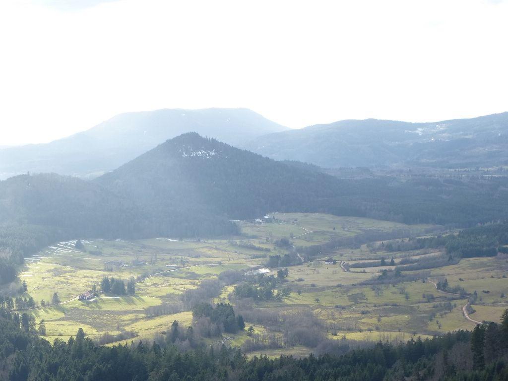 Jolie vue, au Sud-Ouest, sur le Voyemont (795 m) et l'Ormont de Saint-Dié (900 m).