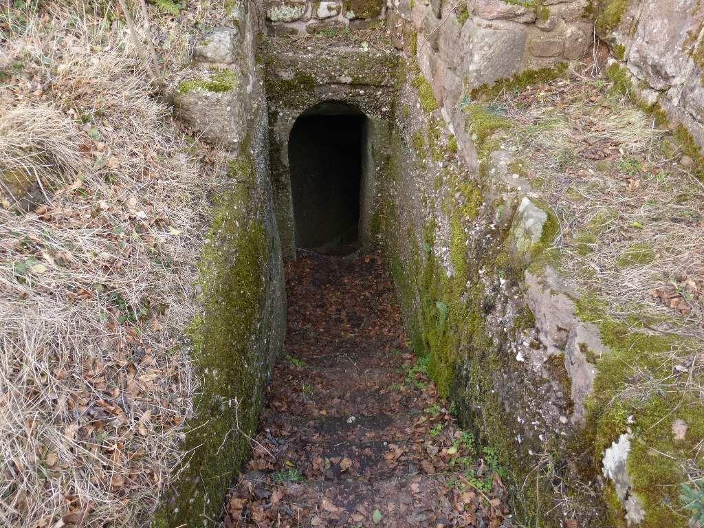 C'est par ce passage taillé à même le roc, que je parviens à me hisser au sommet du promontoire.