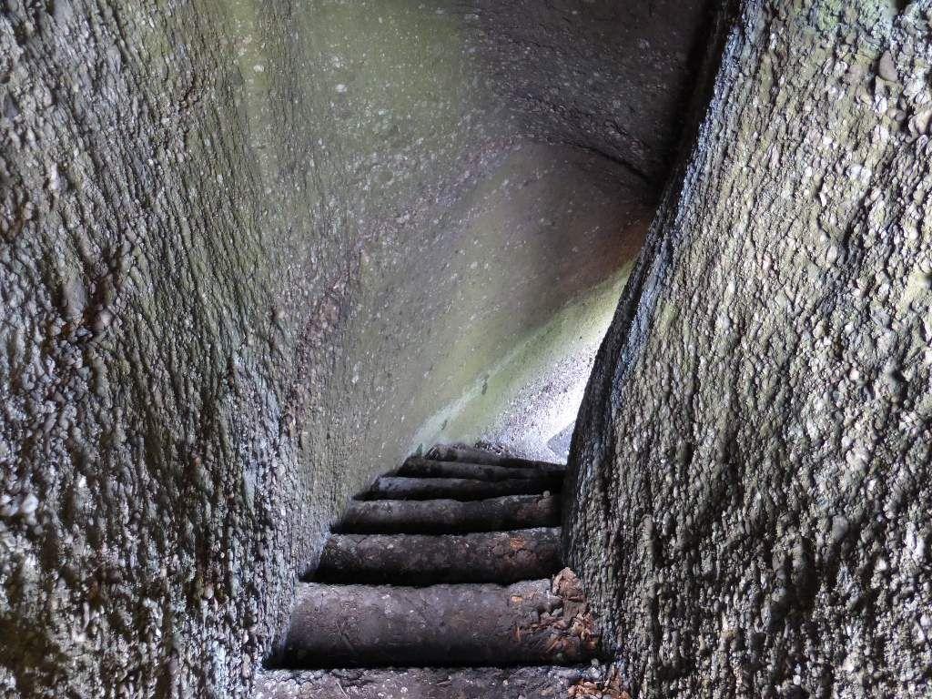Entre l'échelle et le sommet, il y a un passage voûté, entièrement creusé dans la poudingue !