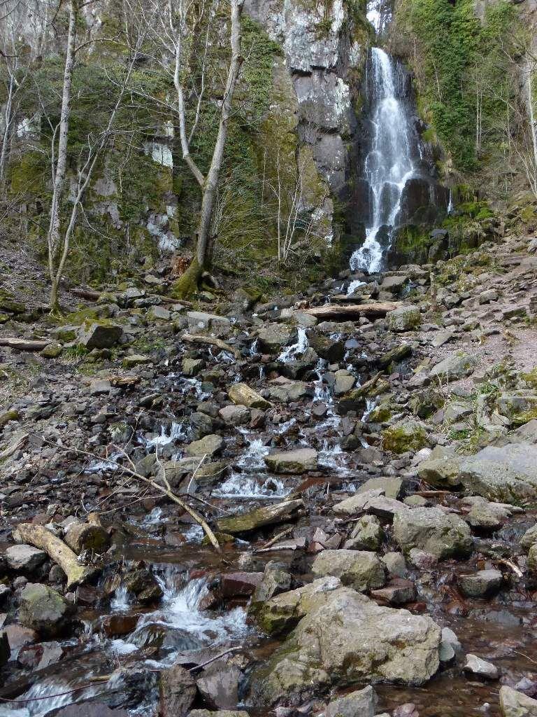 Vue générale de la cascade du Nideck, depuis le sentier du GR 53 (alt. 480 m).