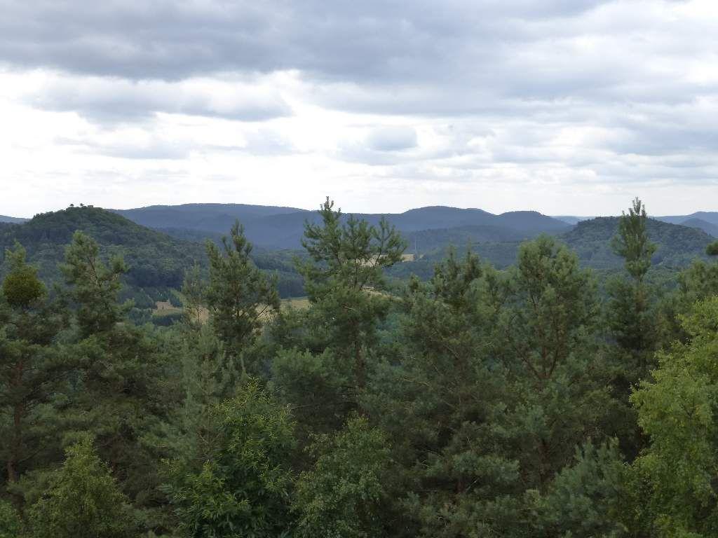 Le point de vue se montre séduisant, au cap Sud, en direction de la Lindelbrunn et du Mundat.