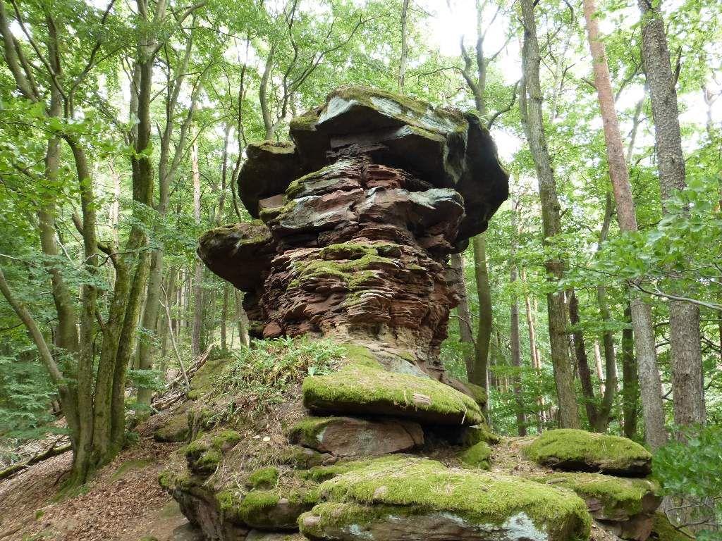 Le cinquième monolithe, lui, trône au-dessus de roches plates et moussues.