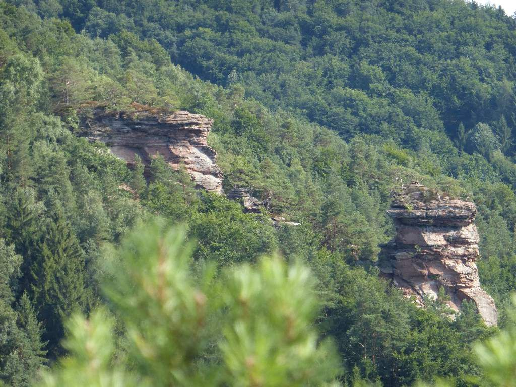 Le Sternfels, vu depuis le Nonnenfels : le Hauptgipfel à droite et le Massiv à gauche ...