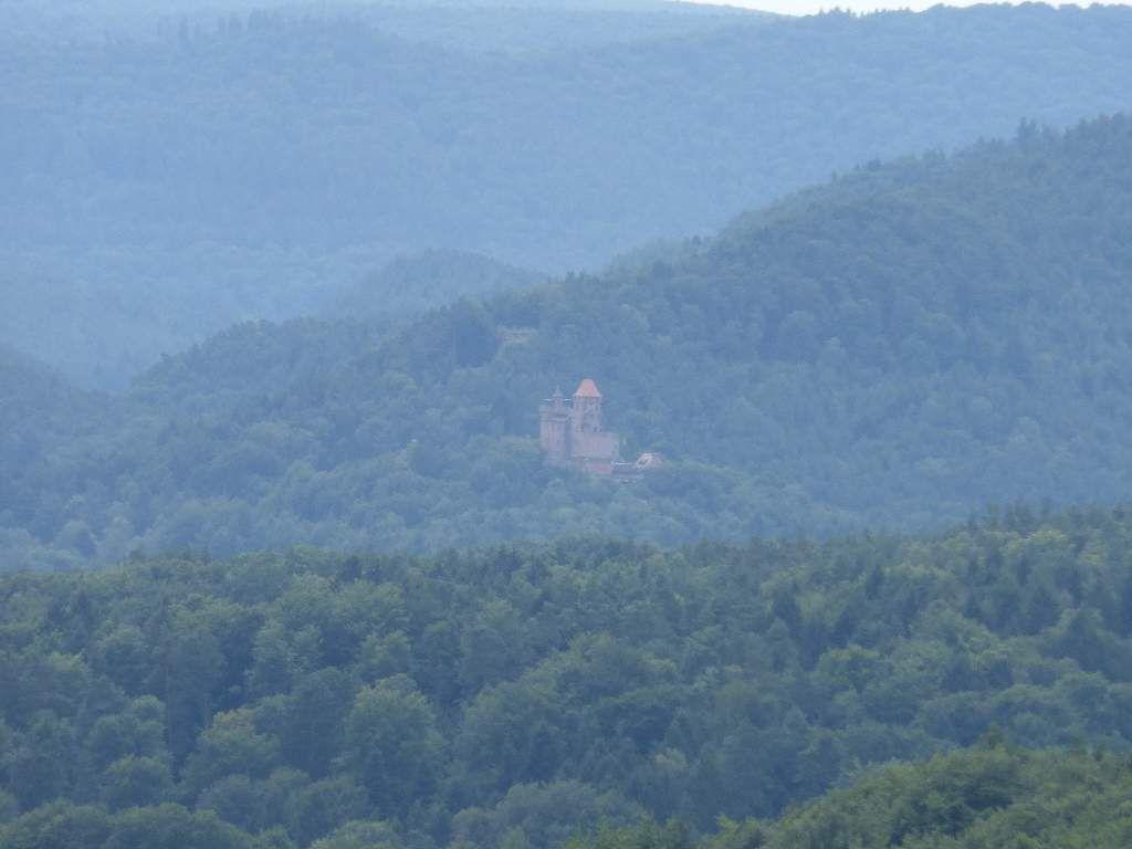 Dans le flou lointain, la vue des Kühhungerfelsen porte jusque sur le château royal du Berwartstein.