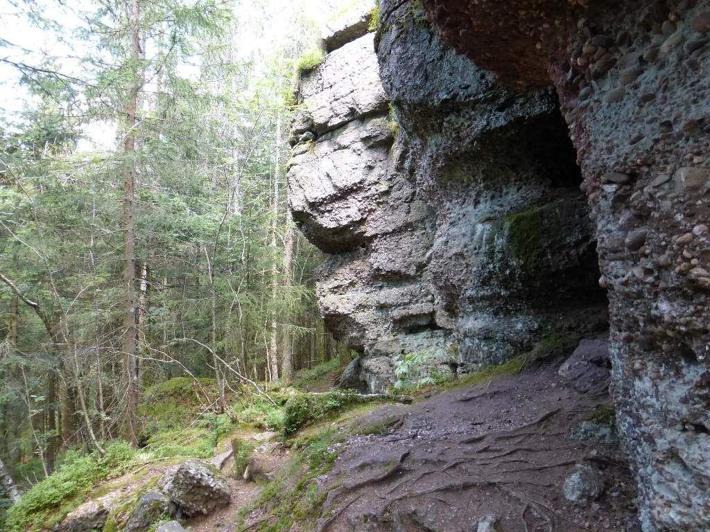 Le sentier inférieur, passe au plus près, des roches granitiques.