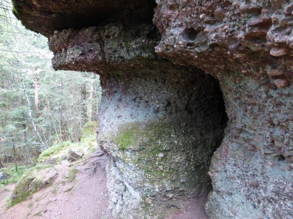 Ici, je tombe sur ce qui semble être un passage, sculpté naturellement dans la roche ...