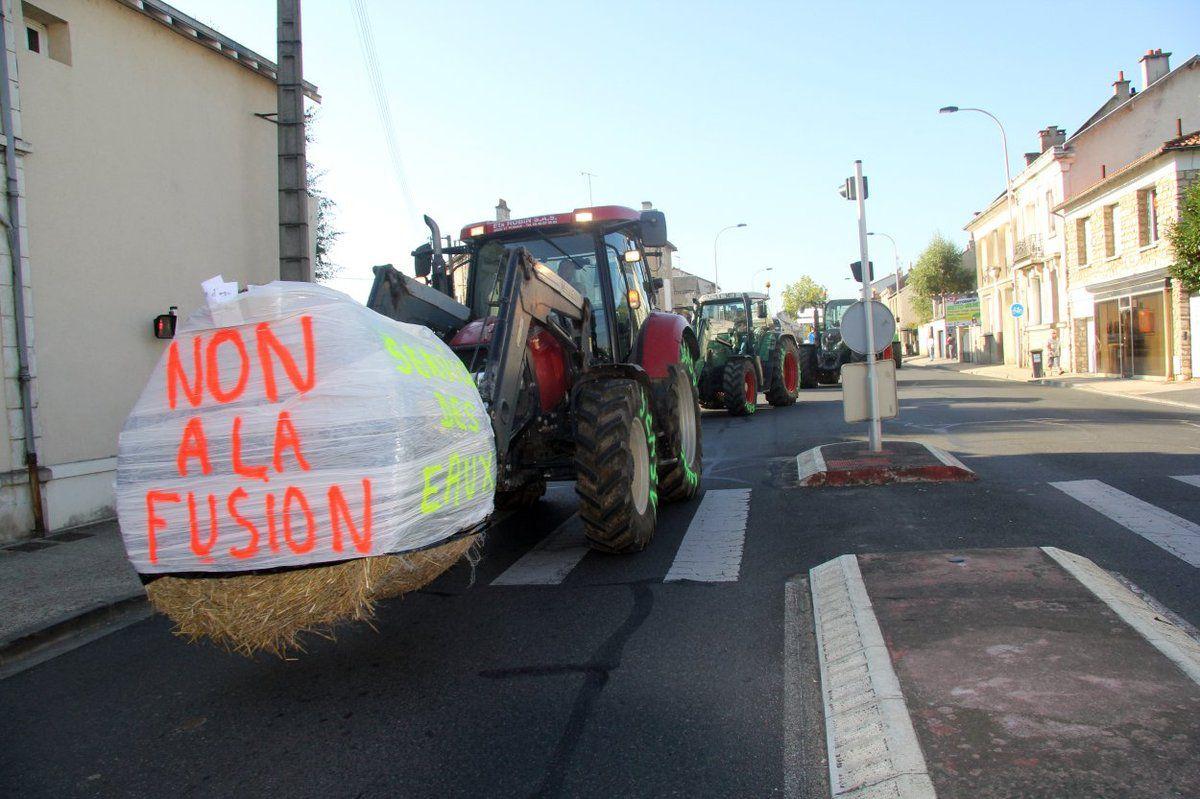 Les tracteurs se sont invités à la manifestation, en bloquant très pacifiquement les rues quelques instants.