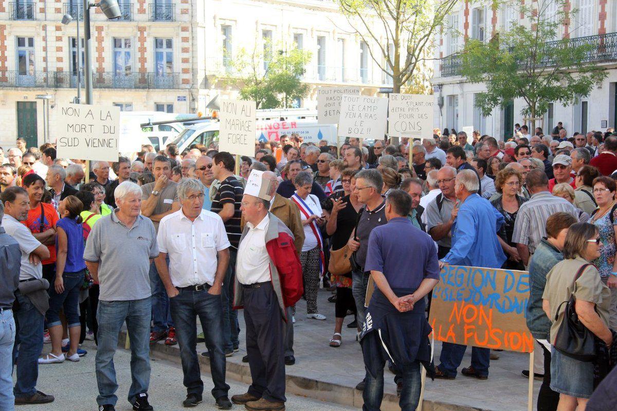 les manifestants devant la préfecture...