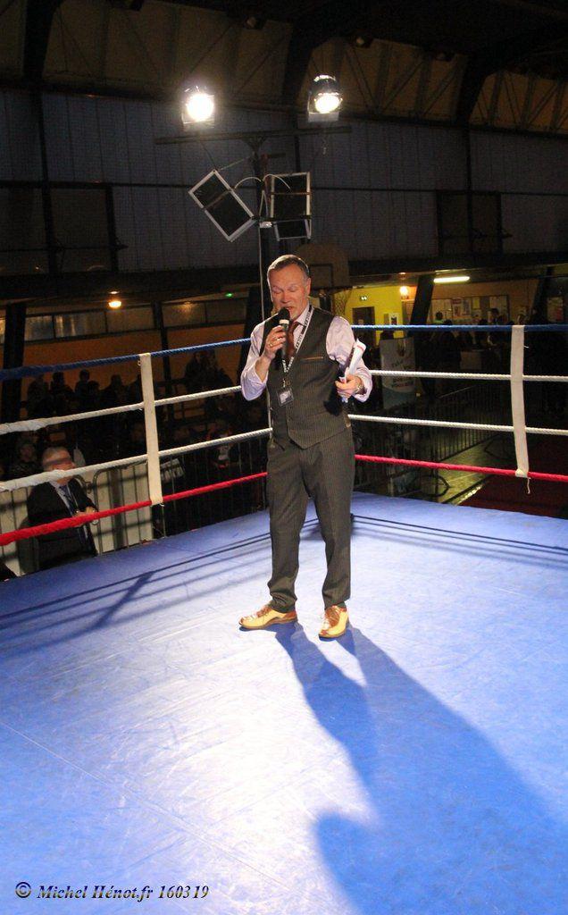 le speaker offiiel de la soirée de gala de boxe Civray 2016 ...Dominique-Raymond Renoux....toujours aussi élégant...