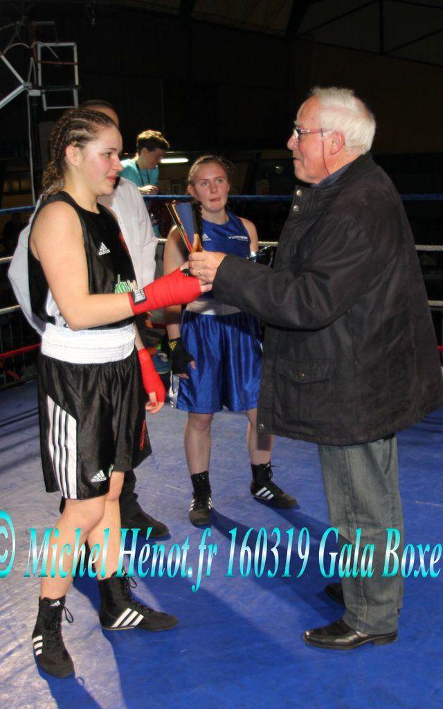 remise de coupe par Gilbert Jaladeau maire...la belle boxeuse prête pour un nouveau combat....