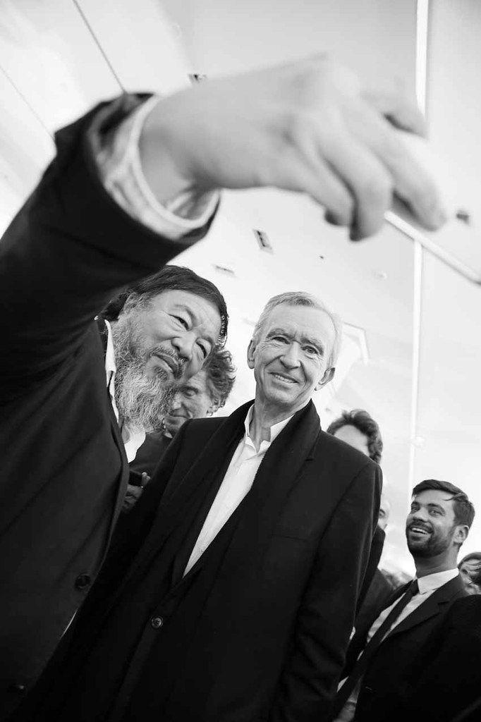 Ai Weiwei prenant un selfie, Jack Lang, Bernard Arnault, Inconnu