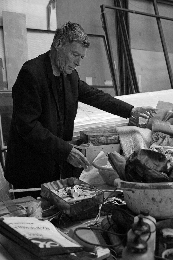 Jean-Pierre Bertrand (1937-2016) dans son atelier de Paris le 7 décembre 2010
