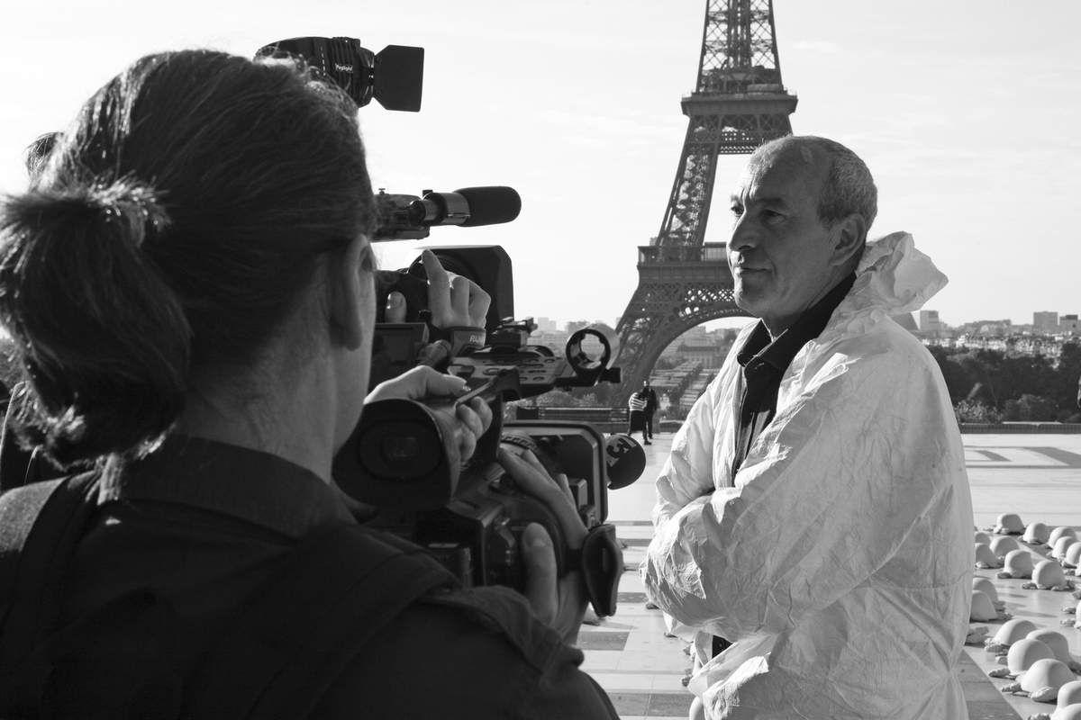 Rachid Khimoune pour son Happening 1000 Tortues de la Paix. Trocadero. Place des Droits de l'Homme,Paris le 8 mai 2011