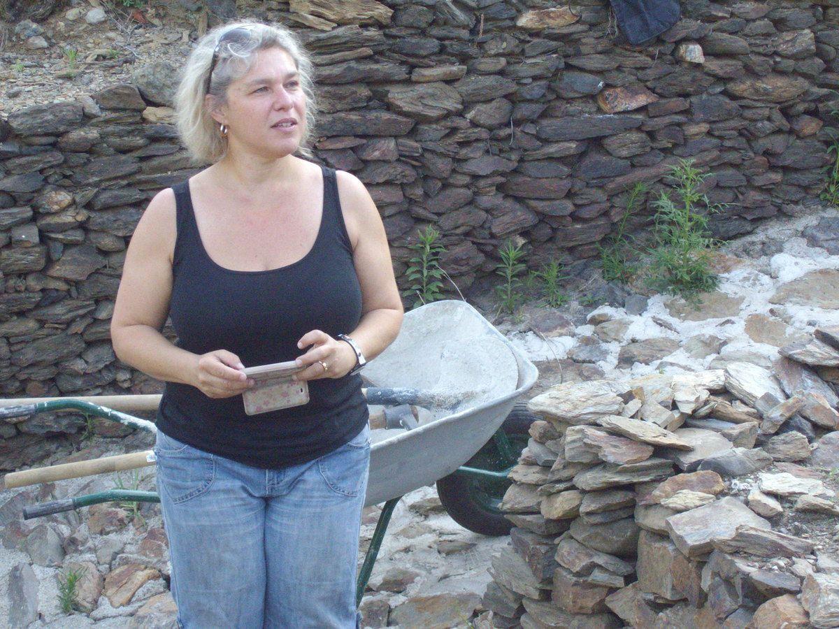 """Les bénévoles de l'association """"In vino"""" - Letitia Pietri - Nadia et André, Association """"Pierres sèches"""". La murette à reconstruire."""