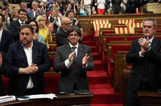 """Catalogne : de l'euphorie indépendantiste aux pleurs après l'attentat terroriste :  ***ARTICLE DE JOSEP M. LOSTE  PUBLICAT AVUI DIA DE LA DIADA AL DIARI DEL PUNT AVUI FEU-NE MOLTA DIFUSIÓ A LES XARXES SOCIALS  http://www.elpuntavui.cat/opinio/article/8-articles/1235369-setembre-historic.html  Setembre històric   Josep M. Loste   Clama al cel que imputin els nostres representants i no diguin res dels 40.000 milions perduts per ajudes a la banca Quan surti publicat aquest article molta gent d'arreu de la geografia catalana es prepararà per congregar-se a les 17. 14 h a la part central del cap i casal de Catalunya. És arriscat i complicat –un veritable repte intel·lectual– escriure un article per publicar per la Diada d'un setembre en ebullició. És una tasca dura redactar un escrit hores, dies, abans d'una data clau en un setembre autènticament històric. Doncs bé, en aquest setembre del 2017, veritablement autodeterminista, en què està culminant un procés –preiniciat el 2003 i activat el 2010 amb elcoup d'étatd'una òrgan judicial que s'ha transformat en una sucursal, una extensió del poder executiu espanyol– a favor de l'alliberament social i nacional de la nostra històrica nació catalana&#x3B; un procés maltractat i ridiculitzat per poders molt fàctics i molt poc democràtics&#x3B; en qualsevol cas, sembla (tot i que no tenim res blindat) que pot culminar –si més no en una primera etapa– el proper 1-O. No hi ha dubte que en aquest setembre històric s'ha posat plenament en marxar la maquinària """"subtilment repressora"""" de l'Estat espanyol. No obstant això, el que sembla més greu, més potiner i més antidemocràtic és que la superestructura judicial de l'Estat espanyol pretengui perseguir i reprimir la presidenta del Parlament, els dirigents sobiranistes de la mesa de la cambra catalana, el govern català en ple i altres representants polítics i funcionaris al servei de poble de Catalunya. El que clama al cel és que aquesta maquinària judicial al servei del govern espanyol in"""