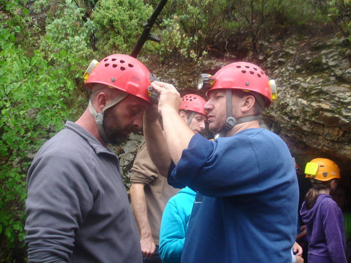 Nous sommes allés dans la grotte des Rampins . Je trouve que cette sortie est exceptionnelle car on ne peut pas  forcement refaire ça 300 fois  dans sa vie . Ca glissait   énormément .  mais bon ce sont des grottes . Cette sortie était super COOL!!
