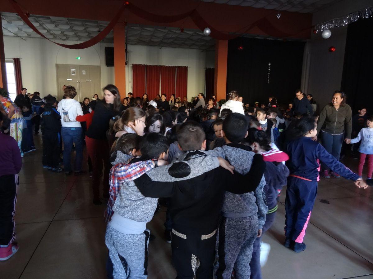 """Vendredi 15 janvier s'est tenue notre assemblée générale. Il y avait environ  200 personnes. Les enfants membres actifs du club Usep ont présenté les rencontres de l'année dernière sous forme de sketchs, ainsi que les rencontres à venir .Les comptes de l'association ont été présentés ainsi que les remerciements. La fête s'est poursuivie avec le bal des enfants animée par """"DJ Eric """", le plus sympa des """"DJ"""" !!! Tout le monde a dansé ...même Mr CANTOURNET !!! Les parents nous on préparé un goûter formidable à l'école JJ2, nos partenaires privilégiés. Et c'est reparti pour une année !!! UN POUR TOUS ET TOUS POUR L'USEP."""