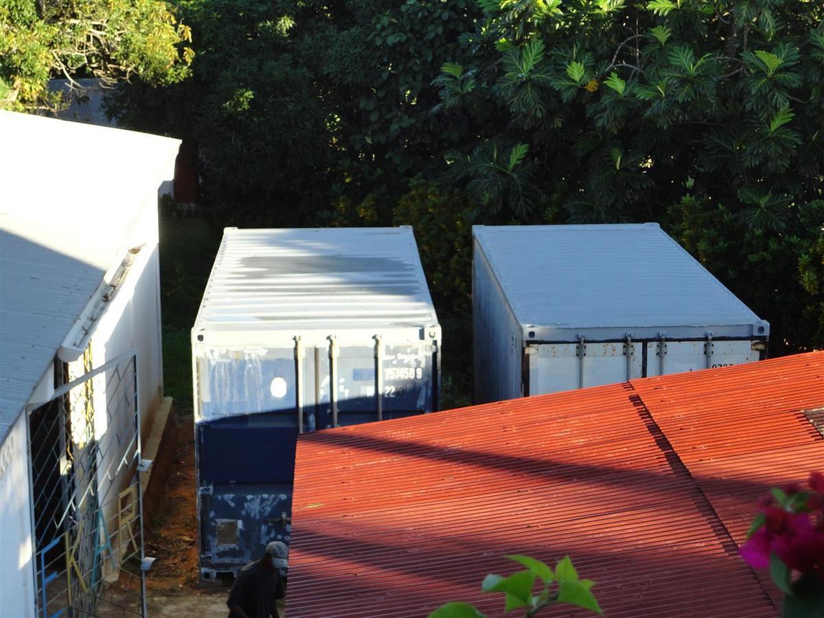 Les toits en priorité pour que le charpentier commence à travailler à une couverture. Il est de règle, en effet, de couvrir des conteneurs qui sont à l'extérieur afin de les isoler de la chaleur et éviter ainsi à l'intérieur, la nuit, une condensation trop importante.