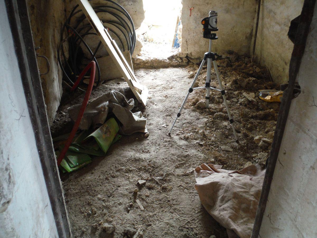 On décaisse le sol de la maison!