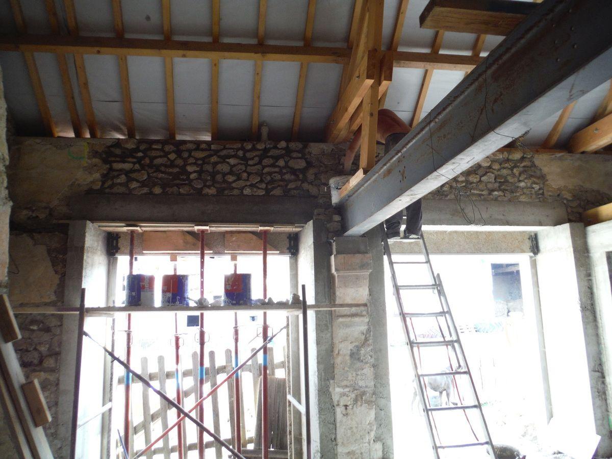 On remonte le mur en pierre au dessus du linteau en béton (N°2)