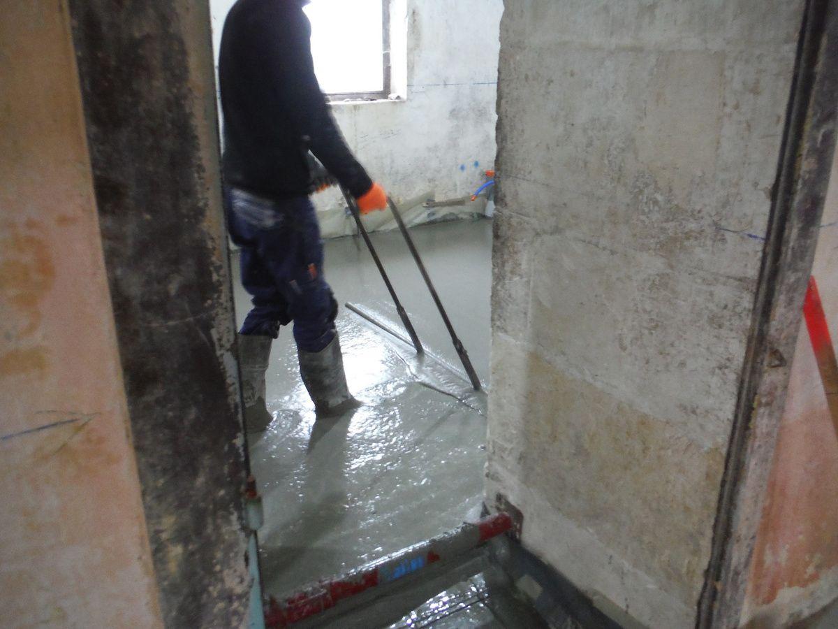 On coule la dalle de b ton article l g rement modifi r nover soi m me une maison en pierre - Proportion pour faire du beton ...