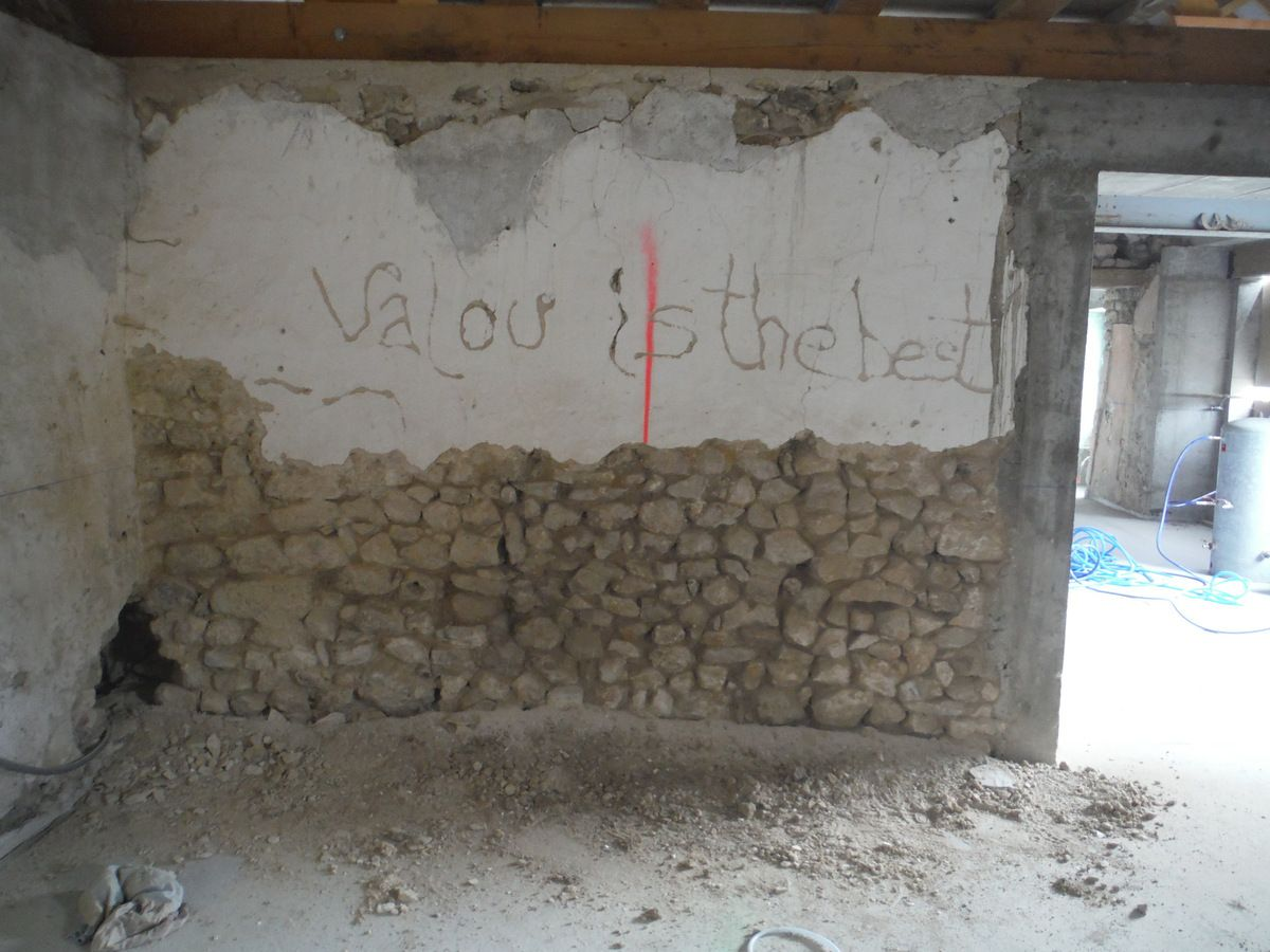 Ponçage de dalle, taille de pierres et piquetage de murs!