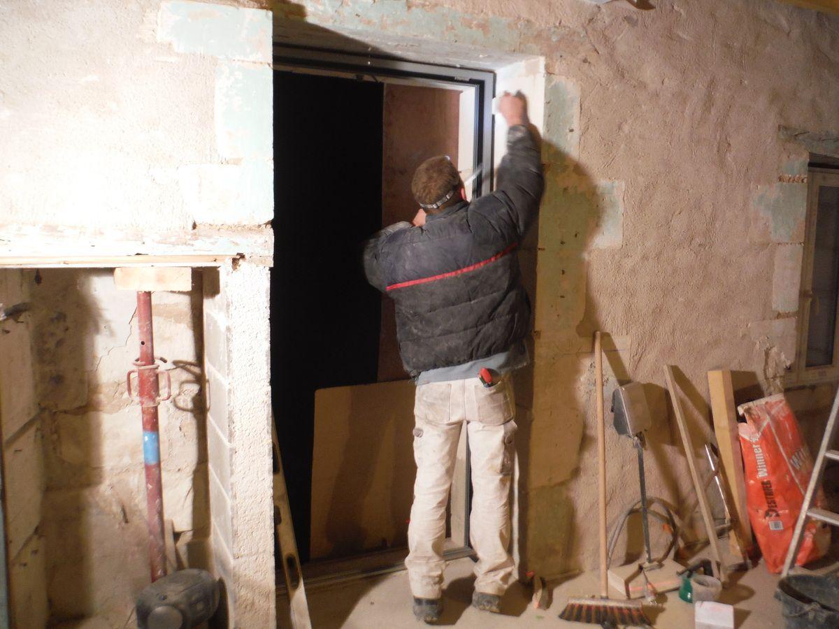 Travail de taille sur les encadrements de portes et fenêtres !