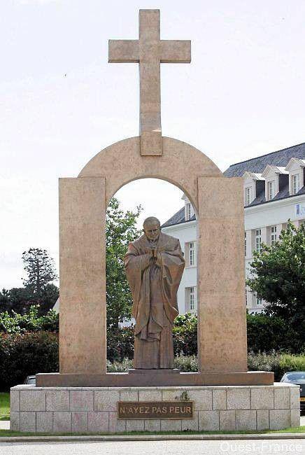 La statue de saint Jean-Paul II à Ploërmel