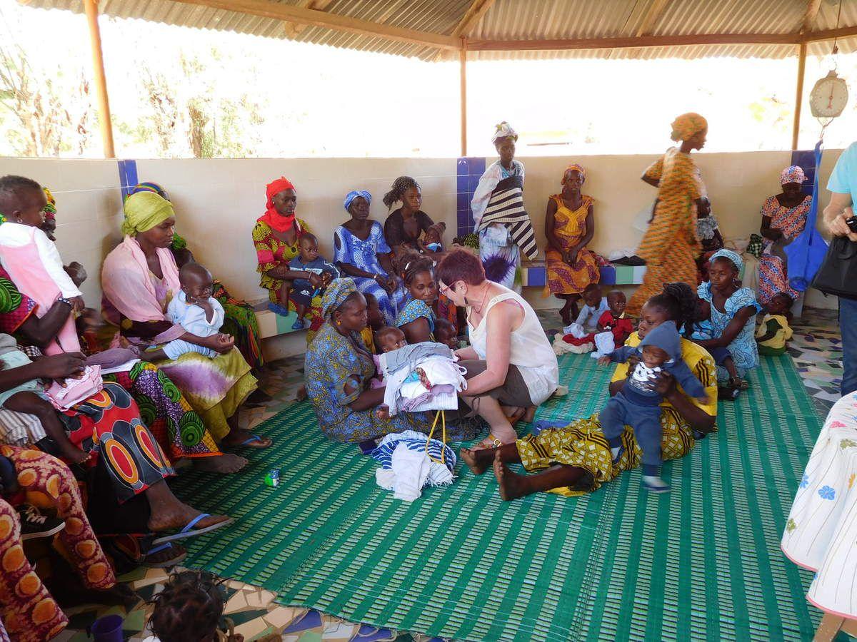 Distribution de vêtements, les 30 mamans qui sont là, sont heureuses.