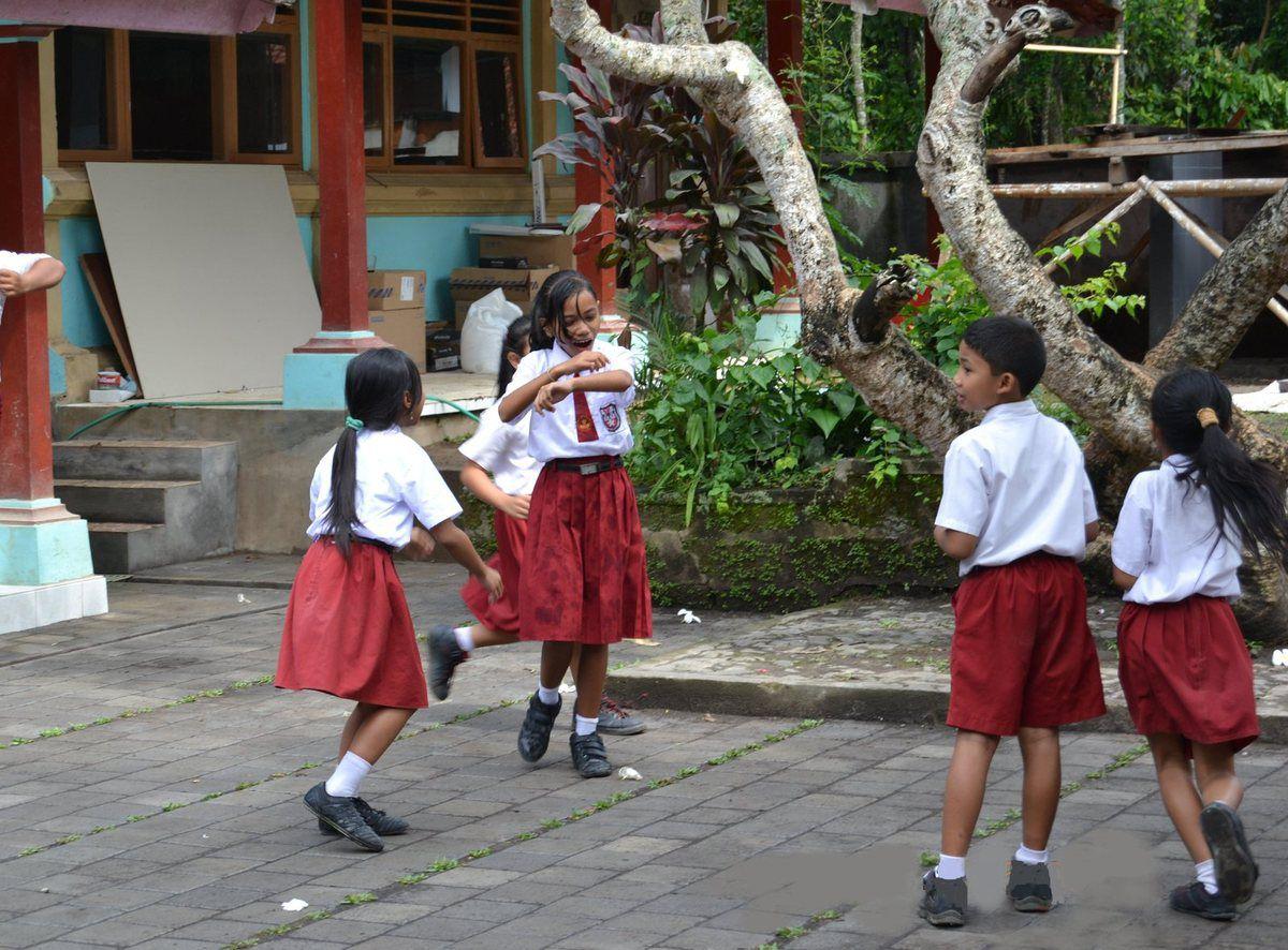 les écoliers portent l'uniforme ...obligatoire ... dommage que ça n'existe plus dans notre pays !!!