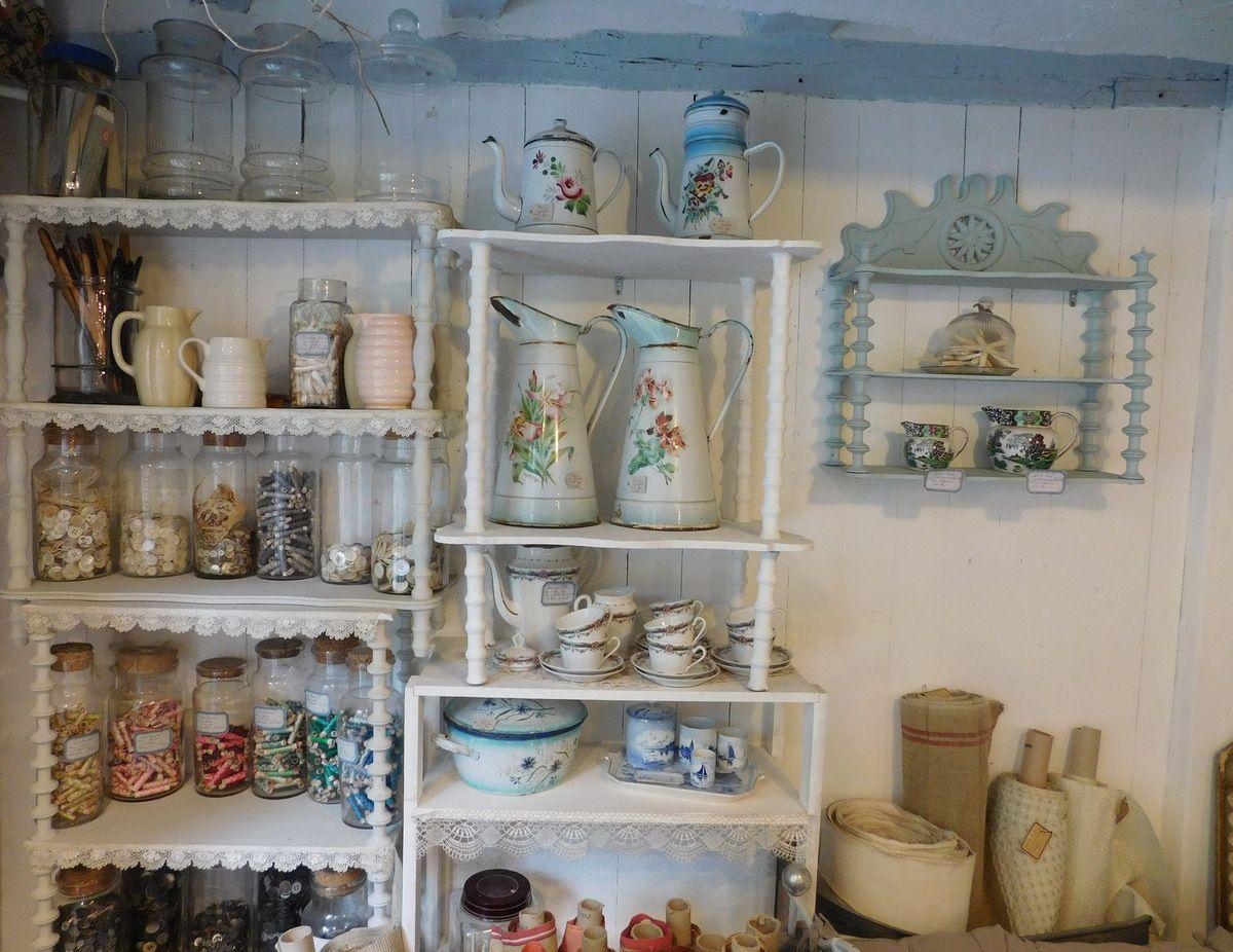 Maison Bleu Lin tourne la page du salon de thé et redevient une jolie boutique d'épicerie fine, lin de qualité, brocante, mercerie ancienne et créations textiles artisanales en dentelles, boutons et tissus anciens