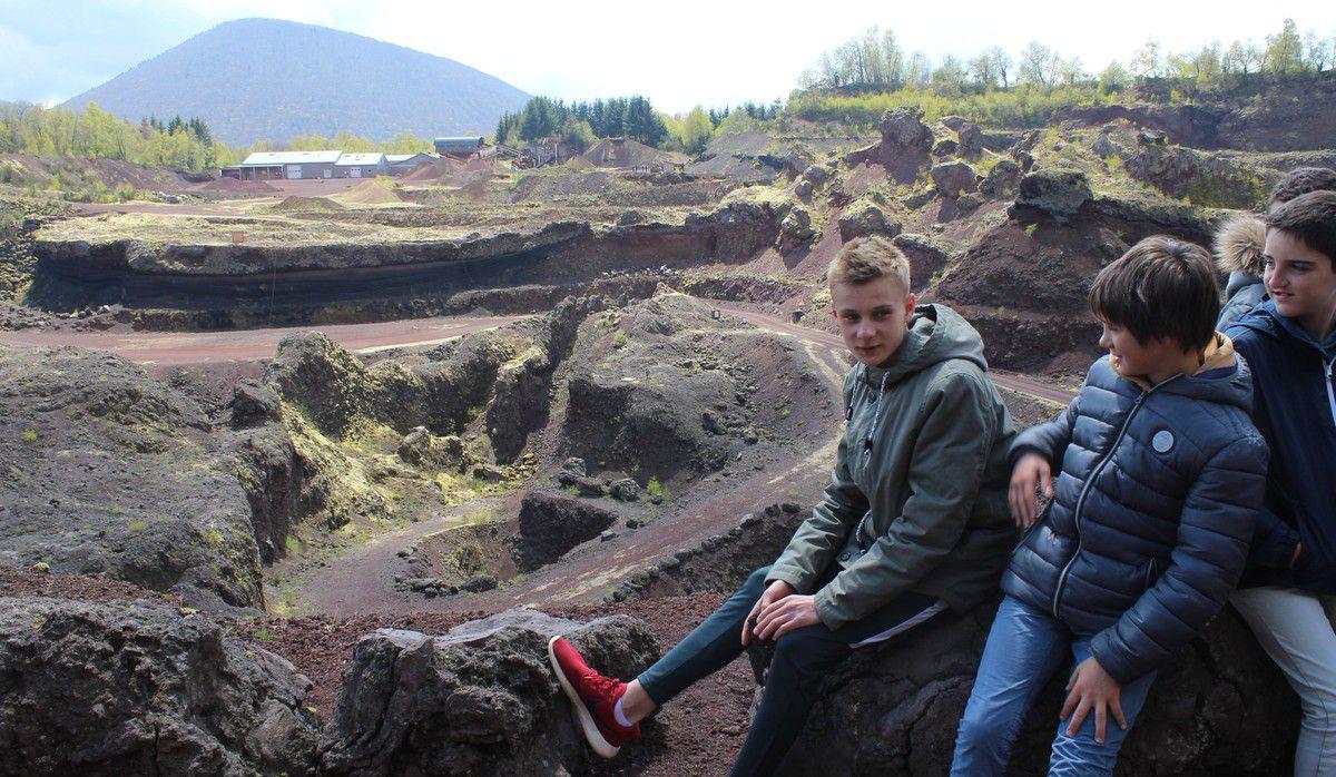 La visite guidée du volcan de Lemptégy permet de mieux comprendre la formation des volcans,les différents types de volcans et leur impact sur l'environnement.