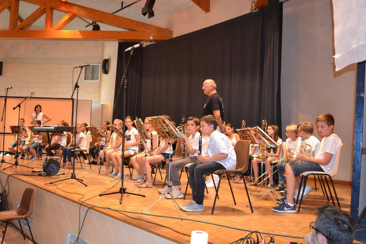 Spectacle musical de l'école élémentaire .